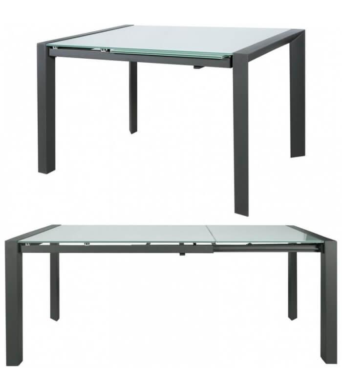 Tavolo moderno con piano in vetro e struttura in acciaio cromato