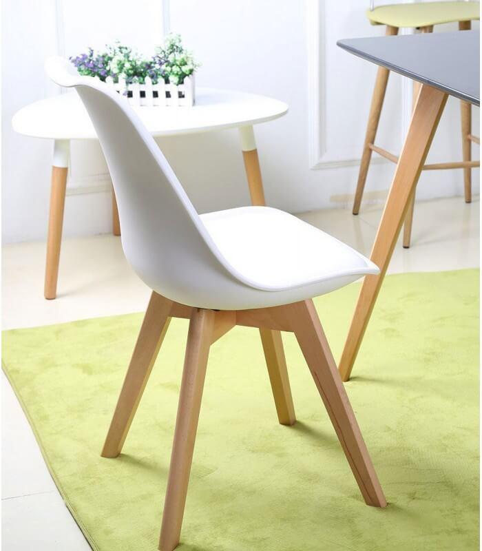Sedia in propilene bianca e gambe in legno naturale for Sedia design bianca