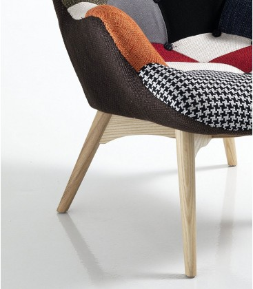 Poltrona moderna patchwork con gambe in legno
